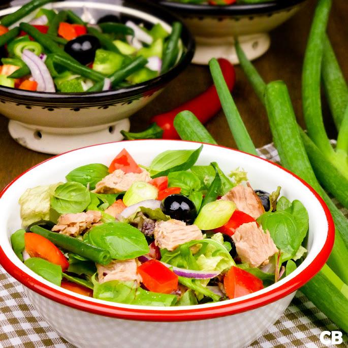 Frisse maaltijdsalade met tonijn en knapperige groenten