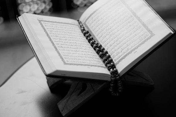 Hukum Bacaan Qolqolah, Pembagiannya, dan Contoh Lengkap
