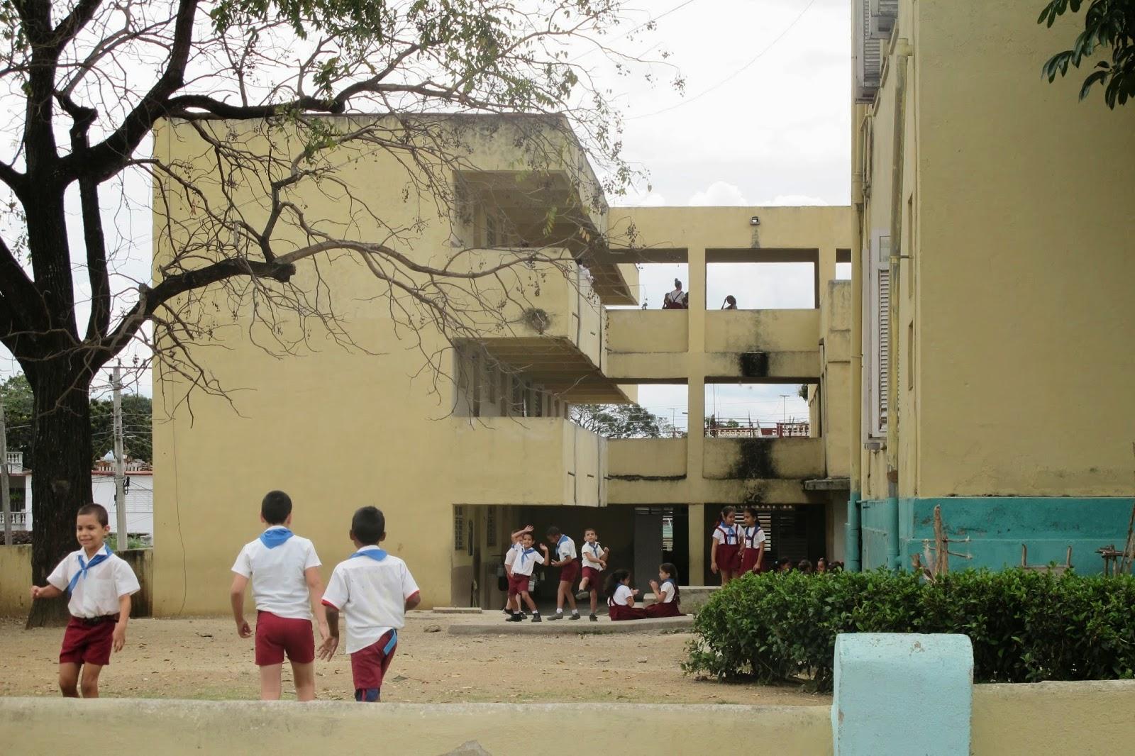 Escolas, cena comum em Sanctu Spiritus e em toda Cuba