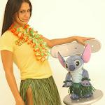 Andrea Rincon, Selena Spice Galeria 13: Hawaiana Camiseta Amarilla Foto 3
