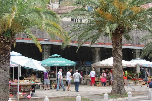 Montnegro, Kotor, markt buiten de muur
