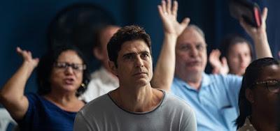 Régis (Reynaldo Gianecchini) irá a um culto evangélico no próximo capítulo da novela das nove da Globo #ADonaDoPedaço