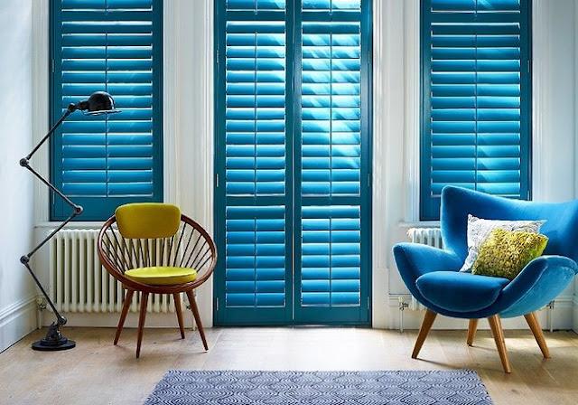 Niebieskie okiennice wewnętrzne drewniane shutters w salonie