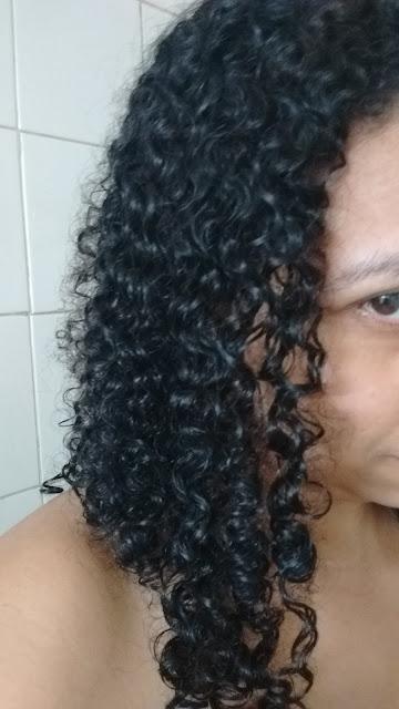 cabelo lavado com shampoo e condicionador amend linha cachos