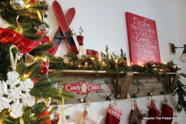 Christmas decor, rustic farmhouse, Christmas home, pallets, DIY, https://goo.gl/xpejCP