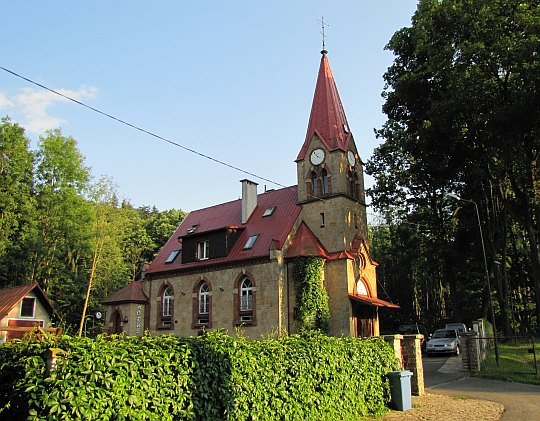 """Dawny kościół ewangelicki z 1893 roku, obecnie kawiarnia """"Horus""""."""