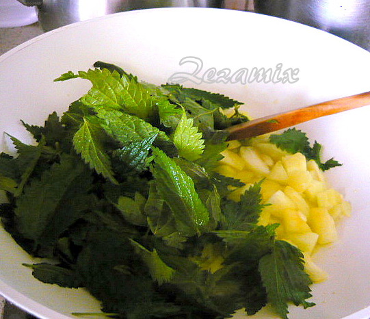 Priprema tikvica i kopriva za tjesteninu