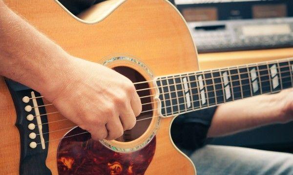 Ce cours de guitare pour débutants permet d'apprendre les bases de la guitare avec une méthode originale pour jouer ses premiers morceaux
