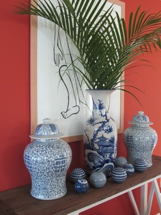 combinação parede coral e peças decorativas azuis