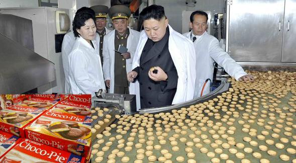 الرئيس الكوري كيم جونغ أون يمنع أحد أنواع البسكويت من كوريا الجنوبية والسبب لا يصدق !!