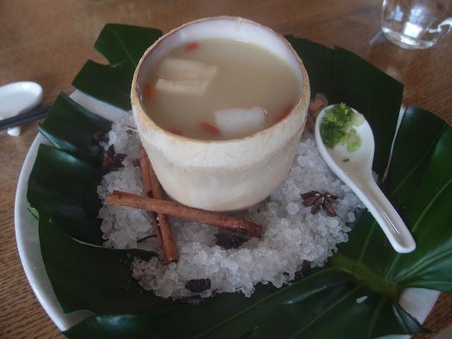 羊肚菌竹笙炖浓鸡汤