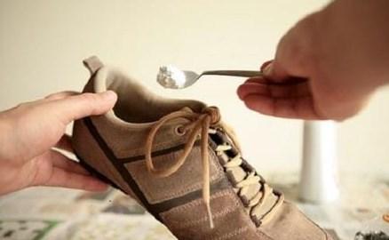 Tips Ampuh Menghilangkan Bau Sepatu, Cobalah!