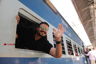 Bollywood Actor Vivek Oberoi Snapped Travelling by Local Train to Kelve  0025.JPG