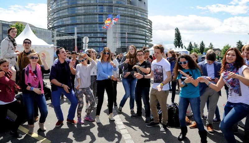 Οι νέοι της Ευρώπης πιστεύουν στην Ένωση, δεν ασχολούνται με τις ευρωεκλογές