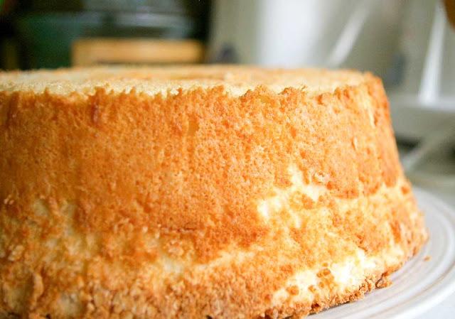 Bizcocho de ángel (angel food cake).
