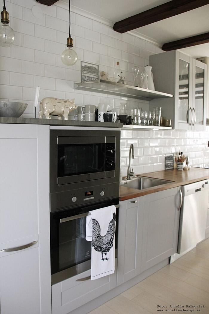 annelies design, webbutikl, kök, köket, köks, industriellt, industrstil, gris, styckningsdetaljer, meraki, rostfria hyllor, hylla, lampa, lampor, kökshandduk, tupp, svart och vitt, svartvit, svartvita,