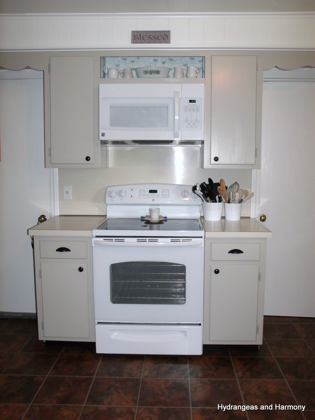 White Kitchen Cabinets Without Knobs