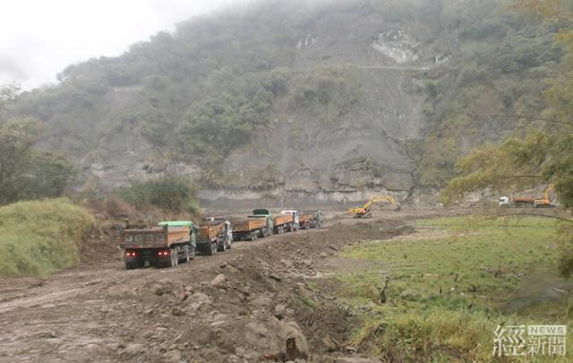 延續水庫生命,曾文水庫庫區上游的「大埔橋」下方正全力進行清淤