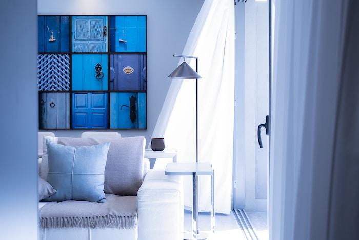 6 cosas que son gratis y que harán que tu casa se vea más amplia y mejor. Salón con cortinas