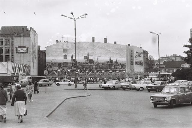 15 июля 1990 года. Рига. Привокзальная площадь. Вид на Рижское панно у стоянки маршруток напротив 50-й почты
