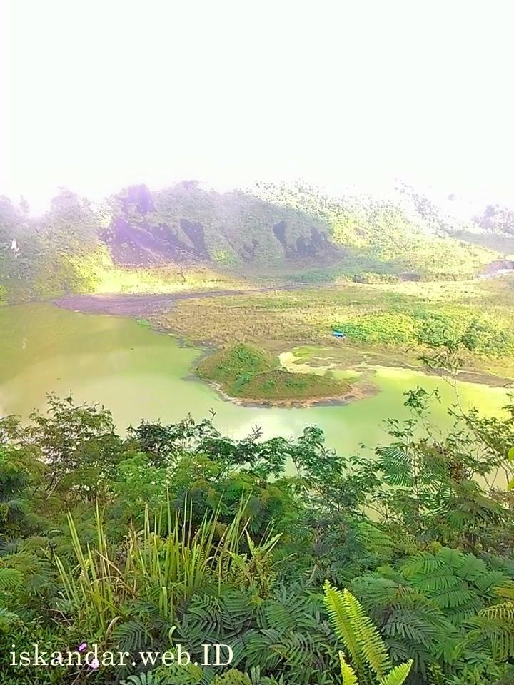 pemandangan danau kawah gunung galunggung