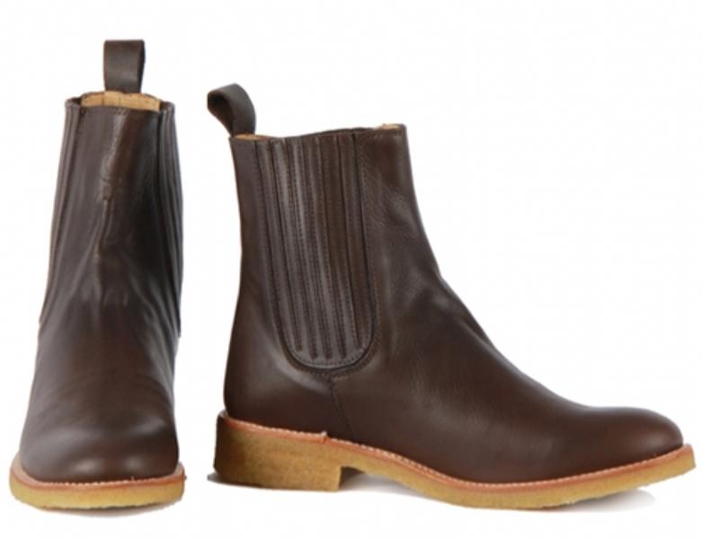 7ebc6029db3c Flot brun og klassisk støvle fra Angulus til den modebeviste kvinde.  Støvlen har elastik på begge sider og med en sål i rågummi