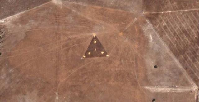 Μυστήριο με ισοσκελές τρίγωνο στη μέση μιας αχανής περιοχής της Αυστραλίας