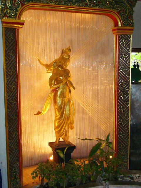 Изображение позолоченной фигурки божества