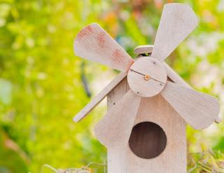 Turbina-de-madeira-no-jardim