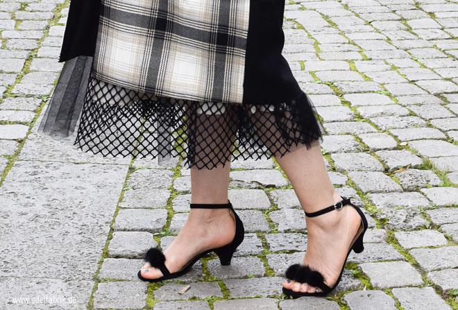 Sandalen mit Puscheln in schwarz