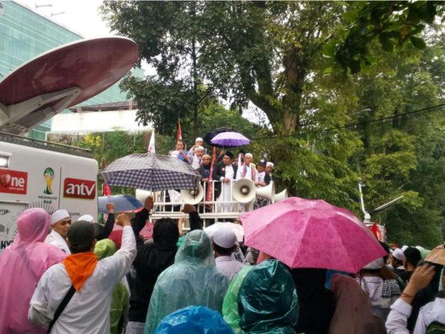 Buni Yani tamnpil di depan mAssa, sesudah dinyatakan bersalah dan dijatuhi hukuman 1,5 tahun.