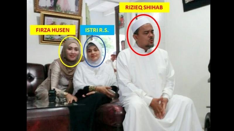 Firza Husein berfoto bersama Rizieq dan istrinya
