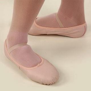 a02862d6ab Sapatilhas convencionais também são conhecidas por terem uma unica faixa  elástica. Ela se estende por toda a parte superior do pé para prender o  sapato.