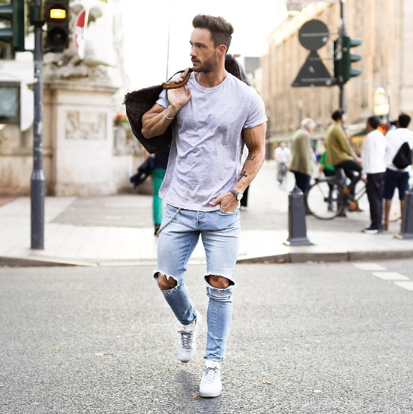 f3deab549f7 O tênis branco que é tendência junto com a calça jeans vai se tornar a  combinação perfeita do seu guarda-roupa
