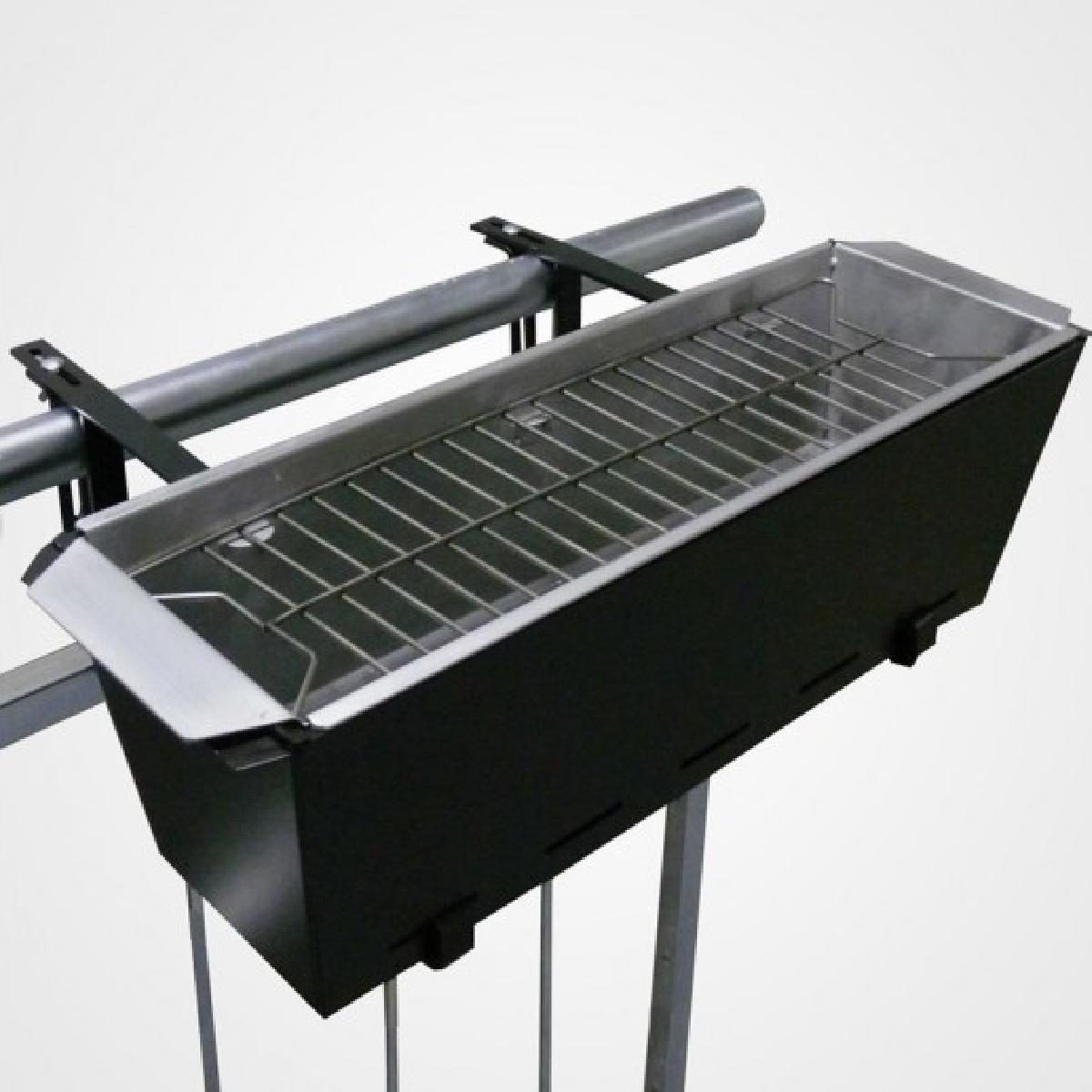 barbecue pour balcon installé sur une rambarde