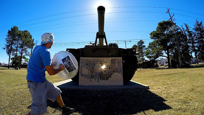 Ο Michael Papadakis ζωγραφίζει με τη βοήθεια του ήλιου και αναπολεί την Ελλάδα