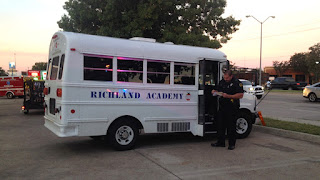 الشرطة تضبط حافلة نقل طلاب بحمولة زائدة بلغت 18 طالب في الخليل