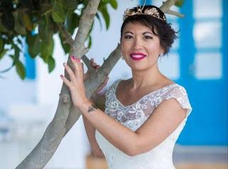 Παντρεύτηκε τον... εαυτό της στη Σαντορίνη ενώπιον Θεού και ανθρώπων