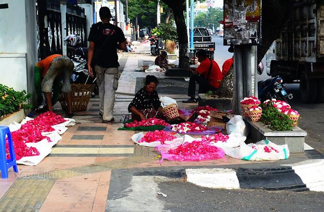 Jualan bunga di salah satu titik jalan Pandanaran Semarang
