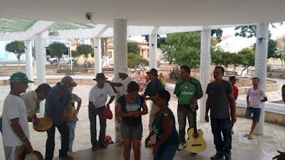 Grupo de samba se apresenta em Mairi