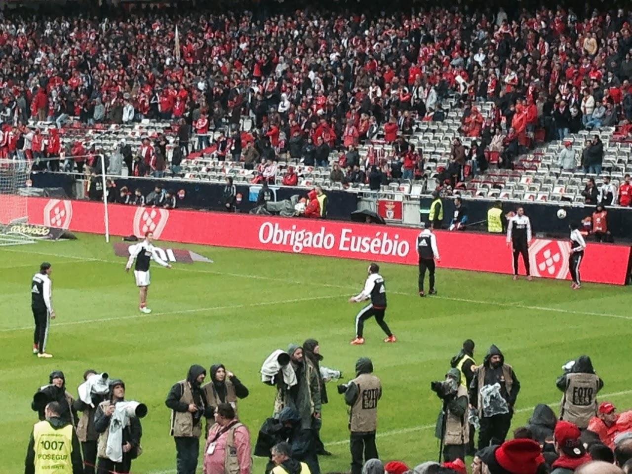 A foto é do aquecimento no jogo SLBenfica x FCPorto. Uma peladinha para os  sérvios e outra para os portugueses e o brasileiro. 07d54d91b6b59