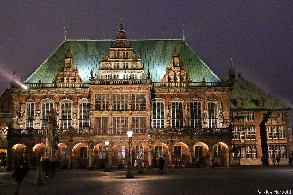 Sehenswürdigkeiten in Bremen, das beleuchtete Rathaus bei Nacht