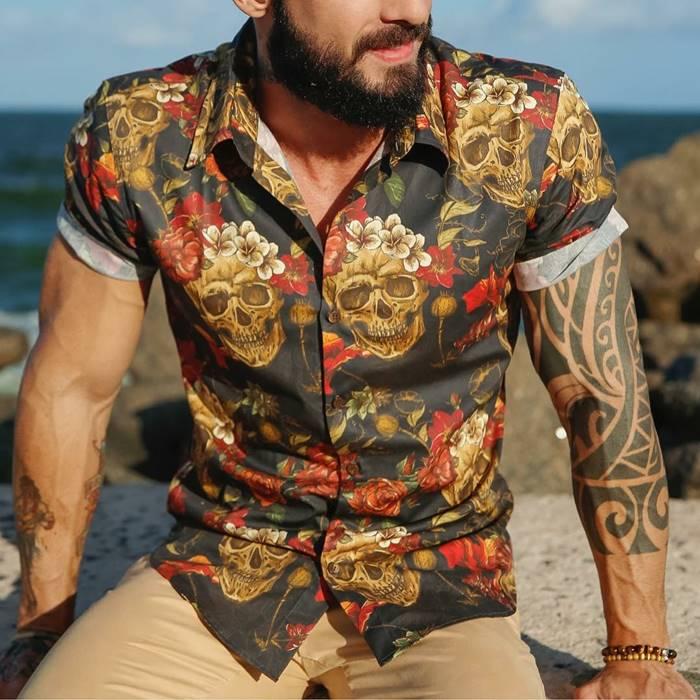 Look com camisa floral masculina e caveiras em tons quentes