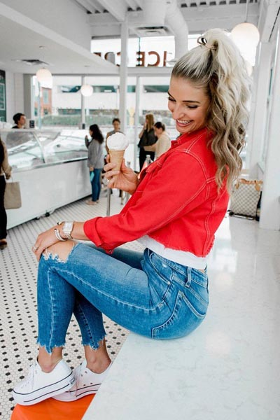 21 Fall Clothing Ideas That are Anything but Boring | Denim Jacket in Red + High Rise Skinny Jeans + Converse All Star Sneakers