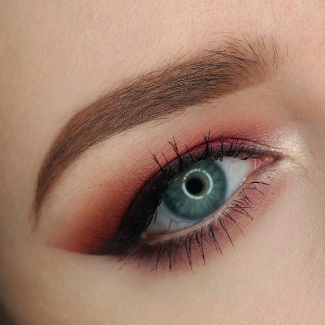 Bordowe kocie oko makijaż na studniówkę