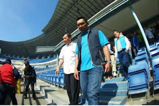 Ridwan Kamil Pimpin Warga Bandung Bersihkan Stadion GBLA