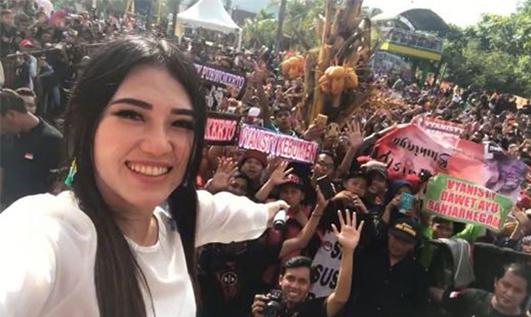 Lirik Lagu Bali Tersenyum - Via Vallen