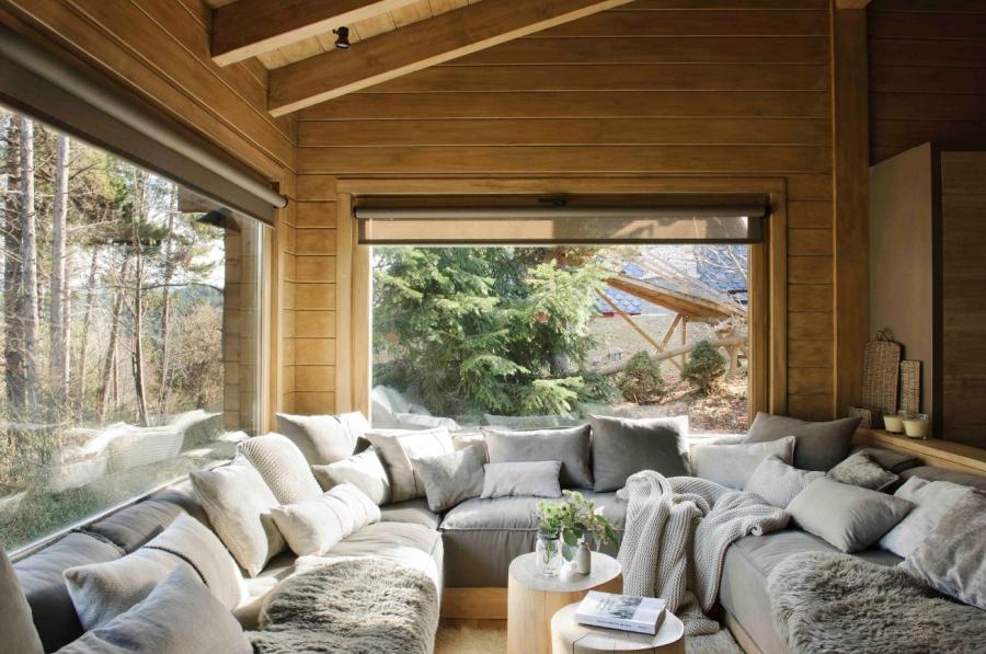 Drewniany domek w środku lasu - wystrój wnętrz, wnętrza, urządzanie mieszkania, dom, home decor, dekoracje, aranżacje, drewniany dom, drewno, eco, ekolodiczny, naturalny, cozy home, styl skandynawski, scandinavian style, otwarta przestrzeń, salon, living room, kuchnia, kitchen, jadalnia, wyspa kuchenna, duża kanapa, narożnik
