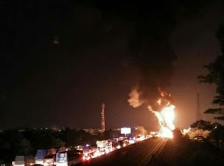Pecah Ban Mobil Pengangkut BBM Terbakar Di Jalan Tol ,Jasa Marga
