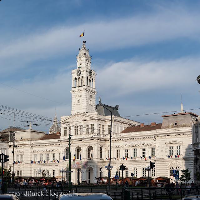 Az aradi városháza az előtérben vásárral